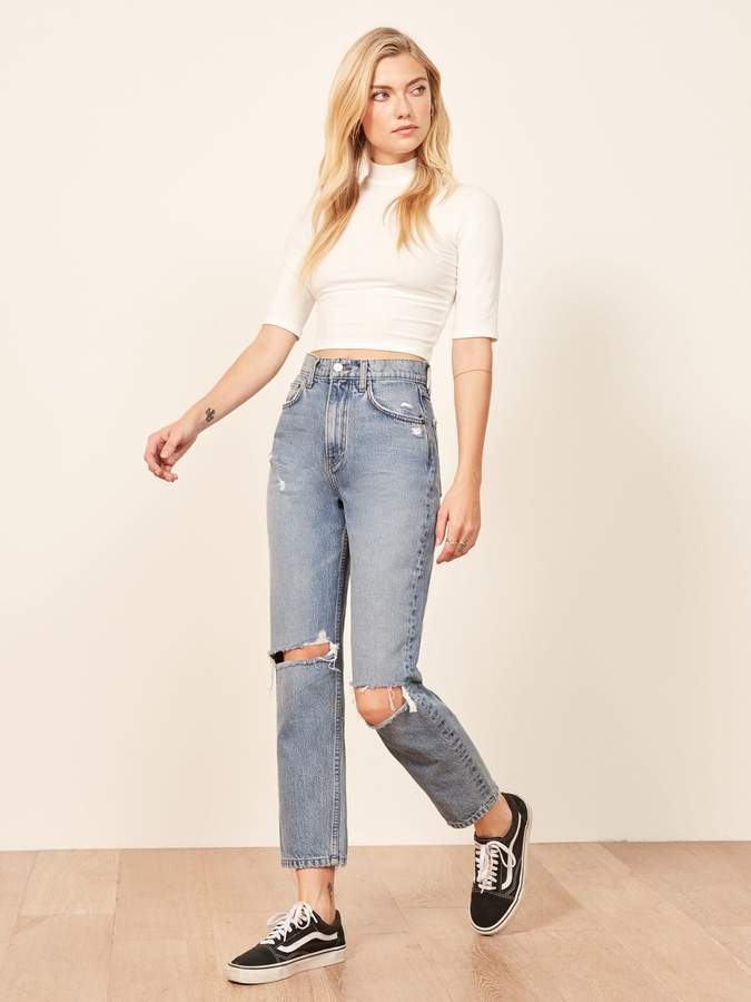 how to wear mom jeans with a crop top